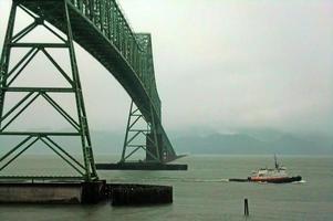 astoria-megler bridge och bogserbåt