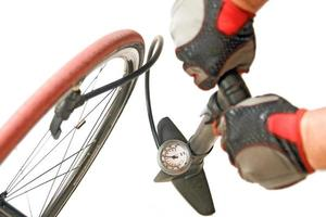 blåsa upp cykeldäcket foto