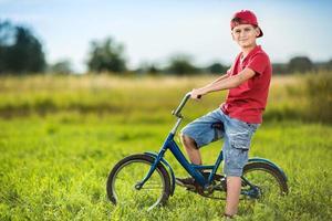ung pojke som cyklar i en park foto