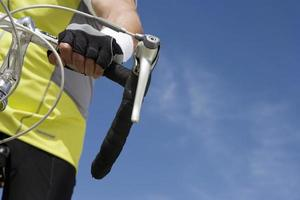 äldre man cyklar, närbild av styret foto