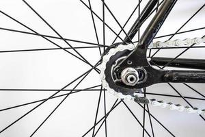del av cykel, hjuldel med kedja och trådmönster foto