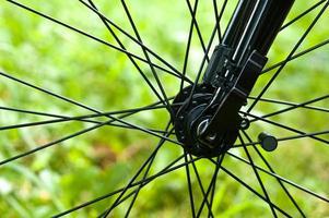 närbild av cykelhjulet foto