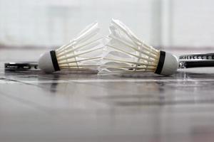 shuttlecock och badmintonracket foto