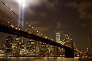 brooklyn bridge med hyllningen i ljuset foto