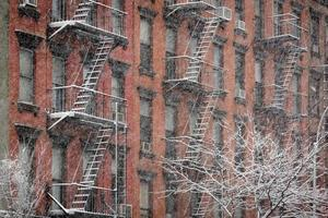 fasad av chelsea tegelbyggnad under snöstorm, New York City foto