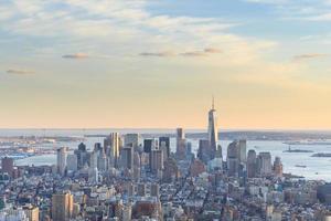 utsikt över frihetstornet och downtown manhattan skyline foto