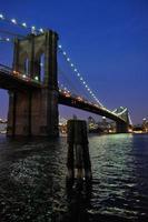 brooklyn bridge om natten foto