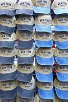 mössor till salu i New York foto