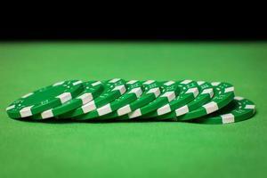 bunt med pokerchips på ett grönt bord foto