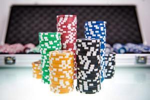 poker chips högar foto