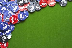 spelchips på grön filt foto