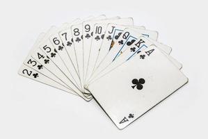 uppsättning spelkort klubbar isolerad på vit bakgrund foto