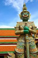 staty av demon i grand palace, bangkok foto