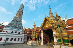 jätte staty vid templet i grand palace, bangkok, thailand. foto