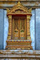 tempel i bangkok thailand med vacker konst. foto