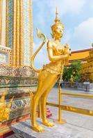 gyllene kinnari-staty vid templet för smaragdbuddha foto