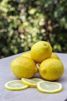 känslor: när livet ger dig citroner foto
