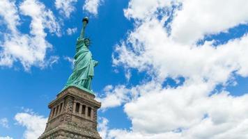 frihetsstaty med molnig himmel
