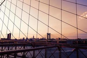 manhattan bridge från brooklyn bridge new york foto
