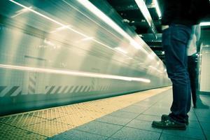 new york tunnelbana, lång exponering, bearbetad färg foto