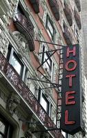 vackert gammalt hotell med neontecken i New York City foto