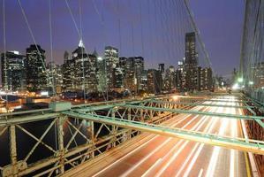 bilar på brooklyn bridge foto