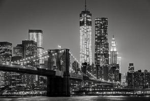 New York om natten. brooklyn bridge, manhattan - svartvitt foto