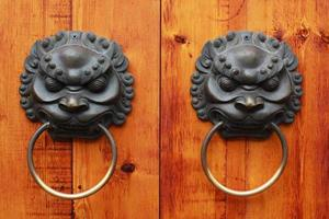 lejonhuvud kinesisk dörrknopp, chengdu, porslin foto