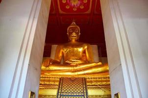 stor buddha av wihan phra mongkhon bophit templet foto