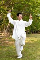 kinesisk kung fu med svärd foto