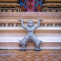 staty av rakshasa i buddhisttempel foto