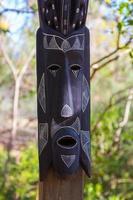 afrikanska masker av trä totemskulpturer foto