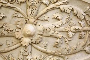 detalj av forntida romersk sköld snidad i sten foto