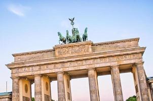 staty på Brandenburg gate, Berlin, Tyskland foto