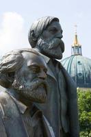 staty av karl marx och friedrich engels, berlin, tyskland foto
