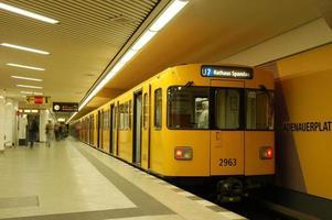 tåg i tunnelbanestationen