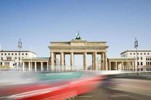 Brandenburg gate i berlin med passerar trafik Tyskland foto