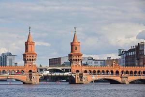 oberbaumbrucke bro över spree floden i berlin foto