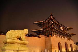koreanska palatset gyeongbukgung på natten med skulptur foto