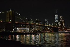 brooklyn bridge på natten foto