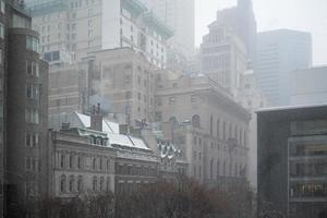new york byggnader i en snöig dag foto