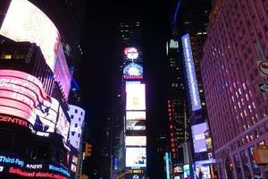 gånger kvadrat på broadway i manhattan på natten, New York foto