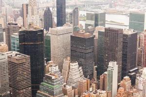 Flygfoto över new york på en molnig dag foto