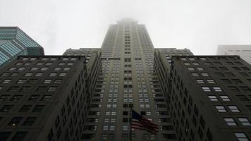 new york city skyskrapa i molnen med dimma foto