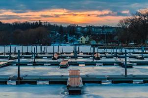 solnedgång vid marinan på vintern foto