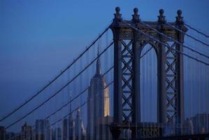 Manhattan Bridge och Empire State Building foto