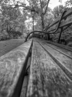 svart och vit tom bänk foto