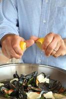 musslor i vit vinstockar och vitlökssås foto