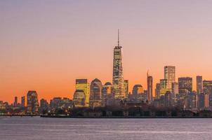 new york city manhattan midtown panorama i skymningen med skyskrapor foto