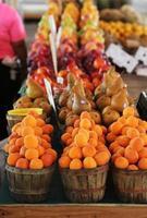 persikor och annan frukt i korgar foto